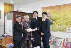 강화도 우리마을에 기부금을 전달하고 있다. 왼쪽부터 원장 이대성 신부, 김성수 주교, 일본항공 고이와 히로노리 총무부장, 유성린 대리