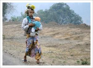 사진작가 이성필 목사 작품 중 버스 차창을 통해 촬영한 미얀마 시민