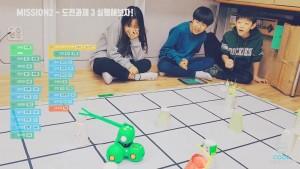 참가 어린이들이 계획한 코딩을 실코딩 로봇 대시를 이용하여 실행하고 있다