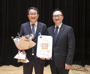 제52회 납세자의날 산업포장을 받은 동원F&B 김재옥 사장(왼쪽)과 윤성노 경영지원실장 상무