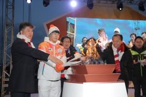 2018 평창 패럴림픽 성화봉송 주자인 스켈레톤 윤성빈 선수가 성화 점화중이다