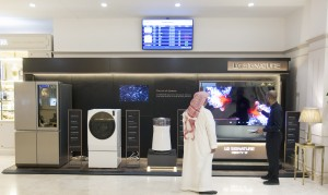킹압둘아지즈국제공항 최고급 라운지를 찾은 고객이 LG 시그니처를 살펴보고 있다