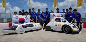 2018 쉘 에코 마라톤 자동차 경주대회에 출전해 좋은 성과를 거둔 한국과학기술대 자.연.인 팀(왼쪽)과 국민대 KORA 팀(오른쪽)이 기념 사진을 촬영하고 있다