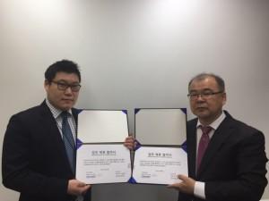 김용태 다누온 대표(왼쪽)와 이효승 네오와인 대표가 업무협약 체결 후 기념촬영을 하고 있다