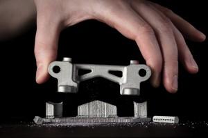 금속 지지대를 손으로 분리하는 과정