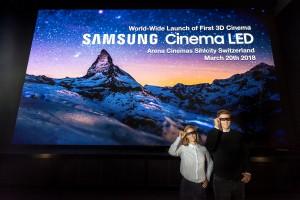 삼성전자 모델들이 스위스 취리히 아레나 시네마에서 3D 영화 관람용 입체 안경을 쓰고 3D 시네마 LED 상영관을 소개하고 있다