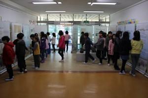 수미초등학교 학생들이 전시회를 관람하고 있다