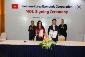 한국전기공사협회 류재선 회장(오른쪽)이 베트남 타이응웬 기술전문대학 르티빅 학장과 전기기능인력 양성·교류 협력 MOU를 체결한 후 기념촬영을 하고 있다