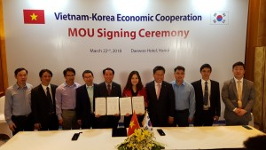 한국전기공사협회와 베트남 타이응웬 기술전문대학 담당자들이 전기기능인력 양성·교류 협력 MOU를 체결한 후 기념촬영을 하고 있다