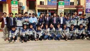 한국전기공사협회 류재선 회장과 베트남 타이응웬 기술전문대학 르티빅 학장이 전기과 학생들과 기념촬영을 하고 있다