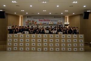 램리서치코리아와 램리서치매뉴팩춰링코리아 자원봉사자들이 어린이날 선물을 들고 기념촬영을 하고 있다