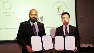 좌로부터 Human Welfare Trust의 위임대표 Bishruddeen Sharqi, 로커스체인 파운데이션의 이상윤 대표가 협약 체결 후 기념촬영을 하고 있다