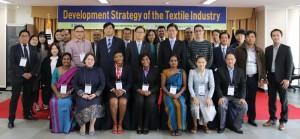 섬유산업 발전전략 오리엔테이션에 참석한 연수생들과 관계자들이 포즈를 취하고 있다