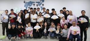 글로벌문화캠프에 참여한 연수생 및 관계자들이 기념촬영을 하고 있다
