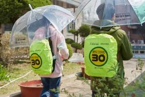 녹색교통운동이 전달한 가방을 착용한 학생들