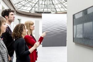 관람객들이 삼성 더 프레임을 통해 구본창 작가의 작품을 감상하고 있다