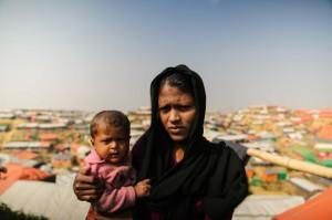야신 타라 (20세)와 생후 10개월 된 딸 아스마는 지난해 9월부터 방글라데시에서 난민으로 살고 있다. 미얀마군이 집을 태워버리고 가축을 훔쳐갔다고 한다. 아스마는 폐렴에 걸려 열이 높다