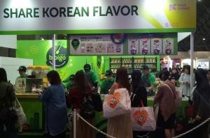 KCON 2018 JAPAN에서 공연장을 찾은 일본 관객들이 CJ제일제당 비비고 테이스티로드 행사부스에서 한식을 즐기고 있다