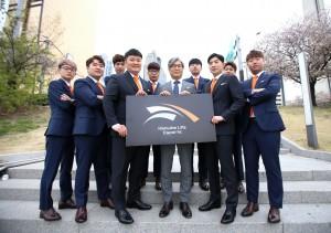 정해승 e스포츠단장(앞줄 오른쪽에서 세 번째), 강현종 감독(앞줄 오른쪽에서 네 번째), 김진현 코치(앞줄 오른쪽에서 두 번째) 및 선수단이 기념촬영을 하고 있다