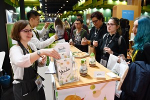 샘표 스페인지사 관계자가 관람객들에게 요리에센스 연두를 설명하고 있다
