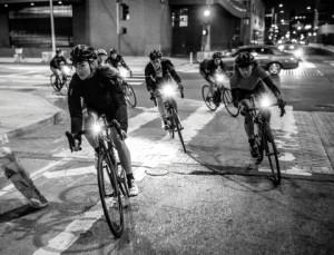 리브 라이더들과 친구들이 밤에 도시에서 사이클링을 즐기고 있다