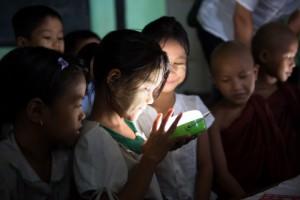 미얀마 초등학생들이 파나소닉의 태양광 랜턴의 환한 빛을 보며 기뻐하고 있다