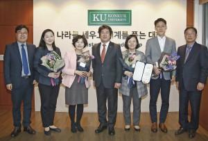 한정숙·김성호·정혜성·정보라 취업 상담 전문 컨설턴트가 건국대로부터 감사패를 받고 기념 촬영을 하고 있다