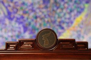 남북 정상들이 앉을 회담장 의자 상단에 한반도 문양을 새겨 넣었다