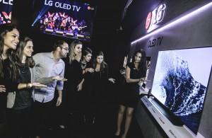 LG전자 모델이 인공지능 올레드 TV를 소개하고 있다