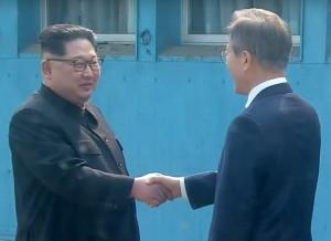 문재인 대통령과 김정은 위원장이 판문점에서 만나 악수를 하고 있다
