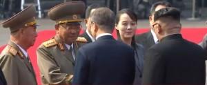 김정은 위원장이 문재인 대통령에게 북측 수행원을 소개하고 있다.