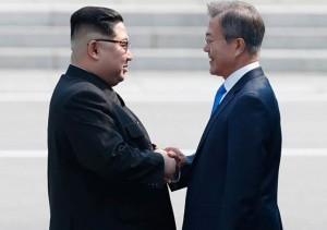 군사분계선에서 악수를 하는 문재인 대통령과 김정은 위원장