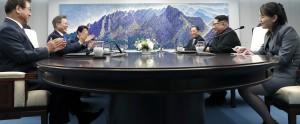 문재인 대통령, 김정운 위원장을 비롯한 회담 대표가 정상회담에 앞서 환담을 나누고 있다.