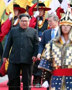 자유의 집 앞에서 전통의장대 호위를 받으며 이동하는 문재인 대통령과 김정은 국무위원장