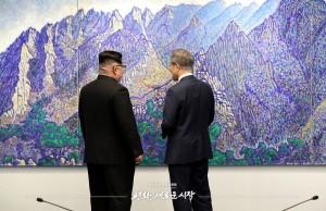 평화의집 로비 전면에 걸린 민정기 화백의 북한산 그림을 보며 대화를 나누는 문재인 대통령과 김정은 국무위원장