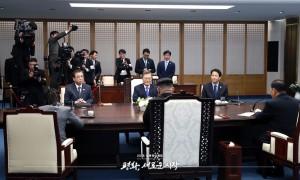 평화의 집 2층 회담장에 마주앉은 문재인 대통령과 김정은 국무위원장