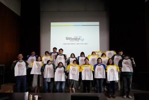 캠페인 참여자들이 직접 만든 티셔츠를 들고 환하게 웃고 있다