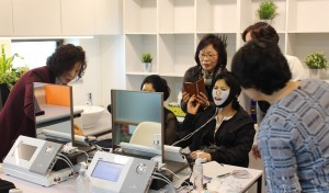 펄스온생명공학 사업 설명회 참관객들이 펄스온샵의 마스크패드를 체험하고 있다