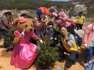 김부일 영흥발전본부장(우측)과 소아암 치료 중인 어린이(중앙)가 희망나무를 심고 기념촬영을 하고 있다