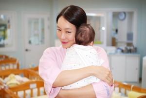 어린이 날 배우 김정은이 대한사회복지회 영아일시보호소를 방문해 아기들을 위한 자원봉사를 하고 후원금을 전달했다