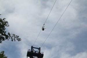 여주 챌린지어드벤처 파크에서 450m 짚라인의 짜릿한 공중 질주를 향해 15m 높이의 타워에서 출발하는 체험자