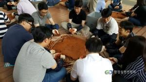 하천정화를 위해 EM흙공을 만들고 있는 환경실천연합회 자원봉사자
