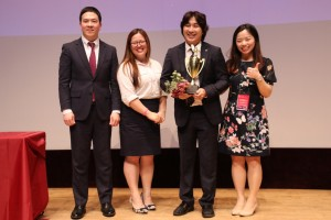 Angeles Oh (the third from the left) won the Toastmasters 2018 International Speech Contest at Seoul Women\'s Plaza