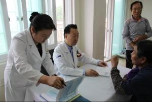 KMI 의료진이 일사일촌 마을 어르신과 건강체크를 하고 있다