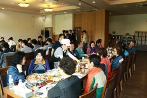 코리아텍 생활관 자치회 학생들이 어버이 날을 맞아 8일 교내 수박여 식당에서 환경 미화원 및 시설 담당 직원 등 50명에게 점심식사를, 총학생회는 떡을 각각 대접했다