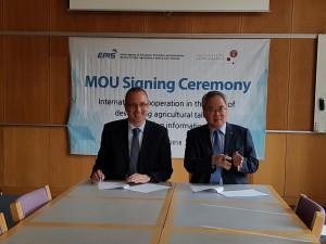 4월 30일 코펜하겐 대학교 톨센 식품자원경제학과장(왼쪽)과 농정원 박철수 원장(오른쪽)이 업무 협약서에 사인을 하고 있다