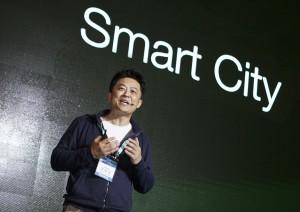 SK텔레콤 허일규 IoT/Data사업부장이 스마트 시티 등 IoT 핵심 기술과 서비스를 소개하고 있다