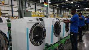 미국 사우스 캐롤라이나주 뉴베리카운티에 위치한 삼성전자 생활가전 공장에서 직원들이 세탁기를 생산하고 있다