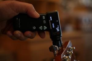 스마트 자동 튜너 Jowoom T2를 이용해 기타를 조율하고 있다