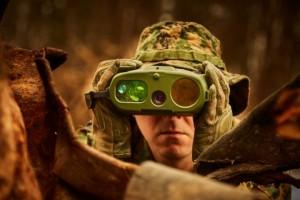 플리어 Recon V UltraLite는 군대, 국경 순찰대 및 법집행 기관이 열 신호를 탐지하고 야간에도 볼 수 있도록 지원하는 플리어의 최신 열감응 단안 망원경이다